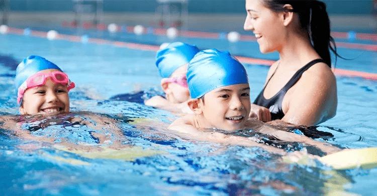 Cursuri de înot pentru copii cu dizabilităţi? Sigur, un beneficiu pentru sănătate şi integrare socială